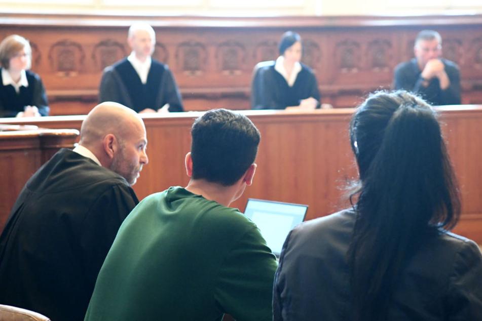 Der Angeklagte (Mitte) mit seinen Anwälten im Gerichtssaal.