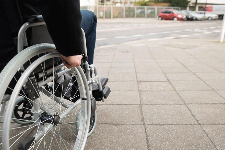 Ein Rollstuhlfahrer wehrte sich gegen den Angriff eines Mannes nach Kräften und schlug diesen zu Boden.