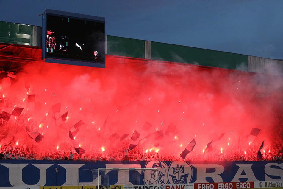 Im wahrsten Sinne des Wortes brannte am Montagabend die vollgepackte Südtribüne im Ostseestadion. Aufgrund der bengalischen Feuer erwartet den Verein jedoch eine empfindliche Geldstrafe.