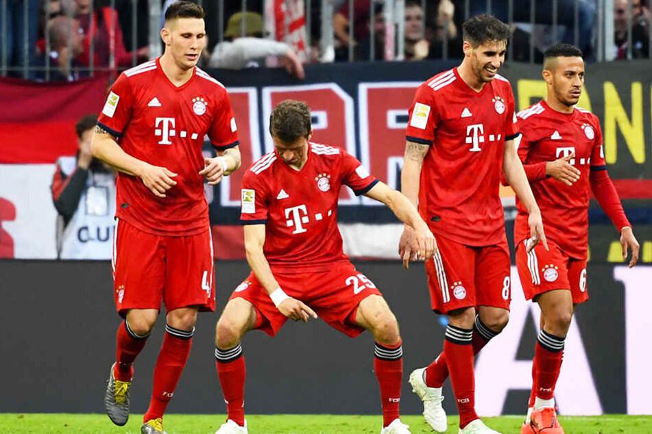 Thomas Müller (Zweiter von links) albert nach einem der fünf Bayern-Tore herum.