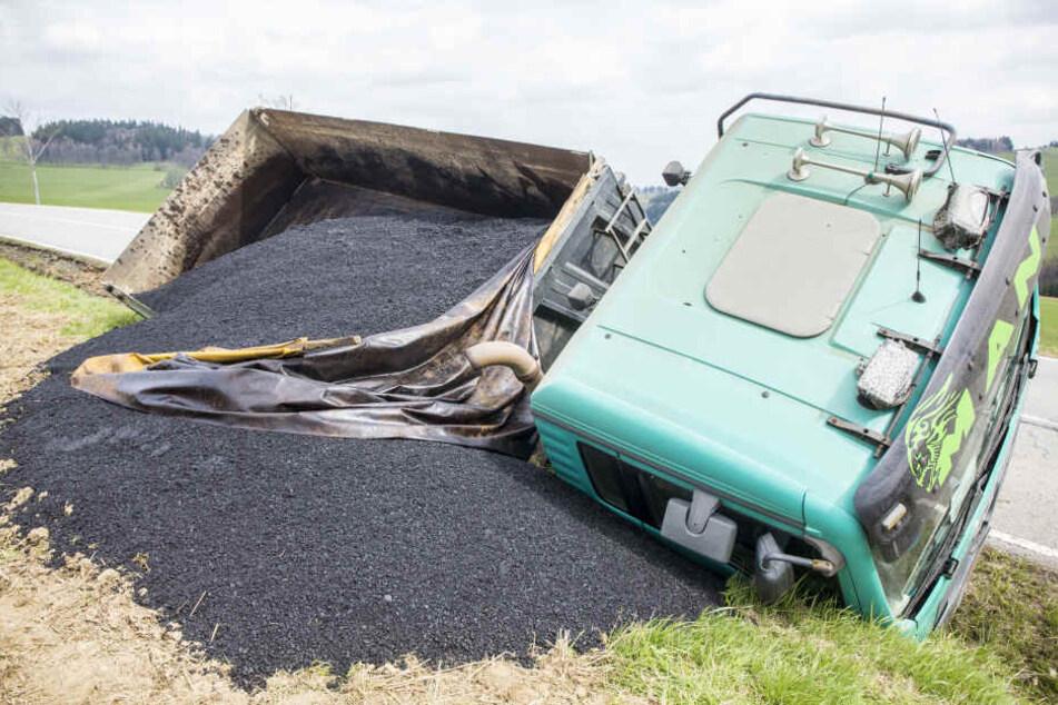 Tonnen von Asphalt haben sich auf dem Feld verteilt.