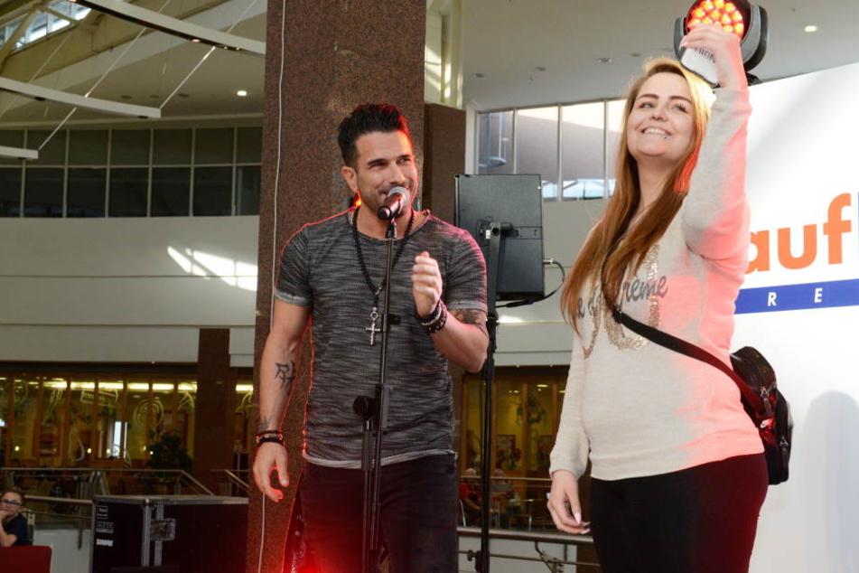Ein Selfie fürs Album: Ein Fan-Girl durfte zu Marc auf die Bühne.