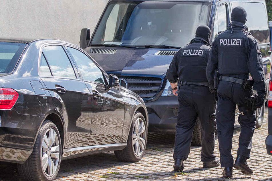 Polizisten einer Spezialeinheit bei einer Anti-Terror-Razzia. (Symbolbild)