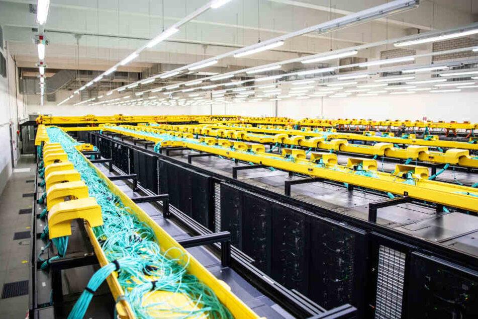 In einem Rechenzentrum stehen massig Computer, die unsere Suchanfragen verarbeiten (Symbolbild).