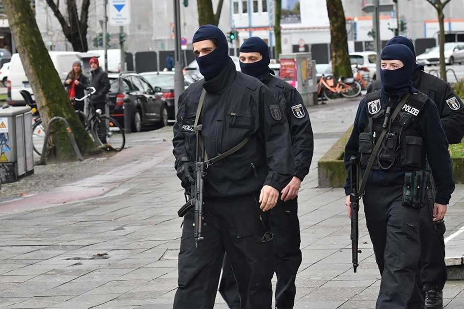 Polizisten in Berlin während einer Razzia gegen Islamisten (Archivbild).