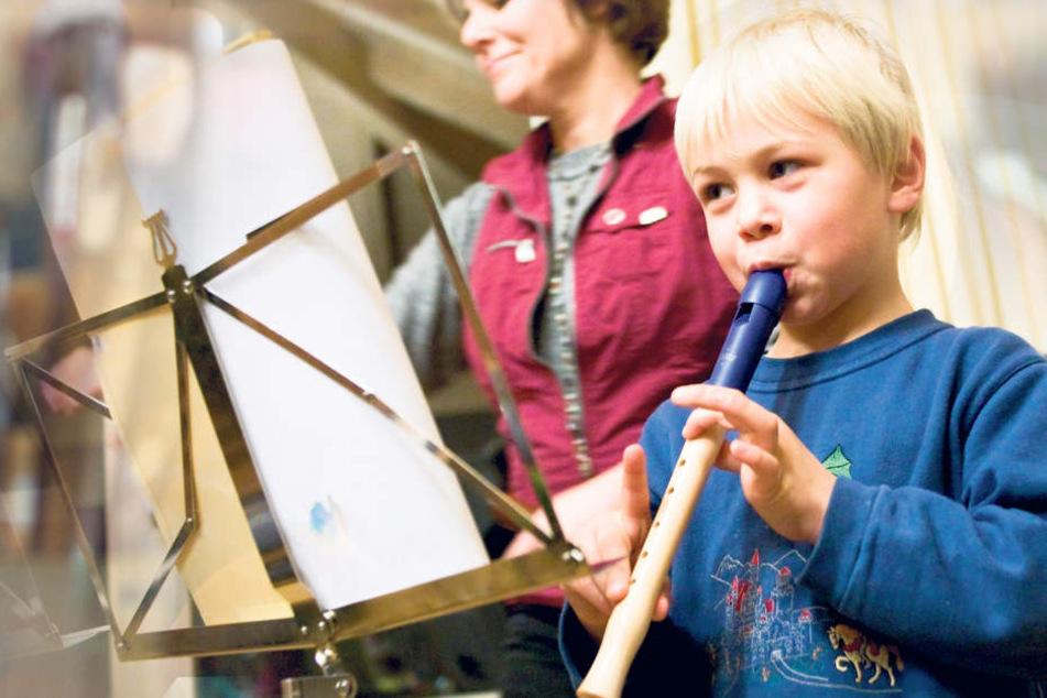 Ein Grundschüler übt Blockflöte. Das Musizieren fordert und fördert die Entwicklung der Kinder.