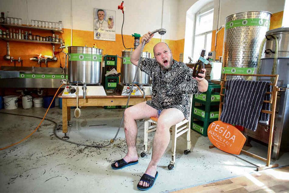 Braumeister Christian Schwingenheuer (42) verkauft das Badewasser aus dem Arnhold-Bad.