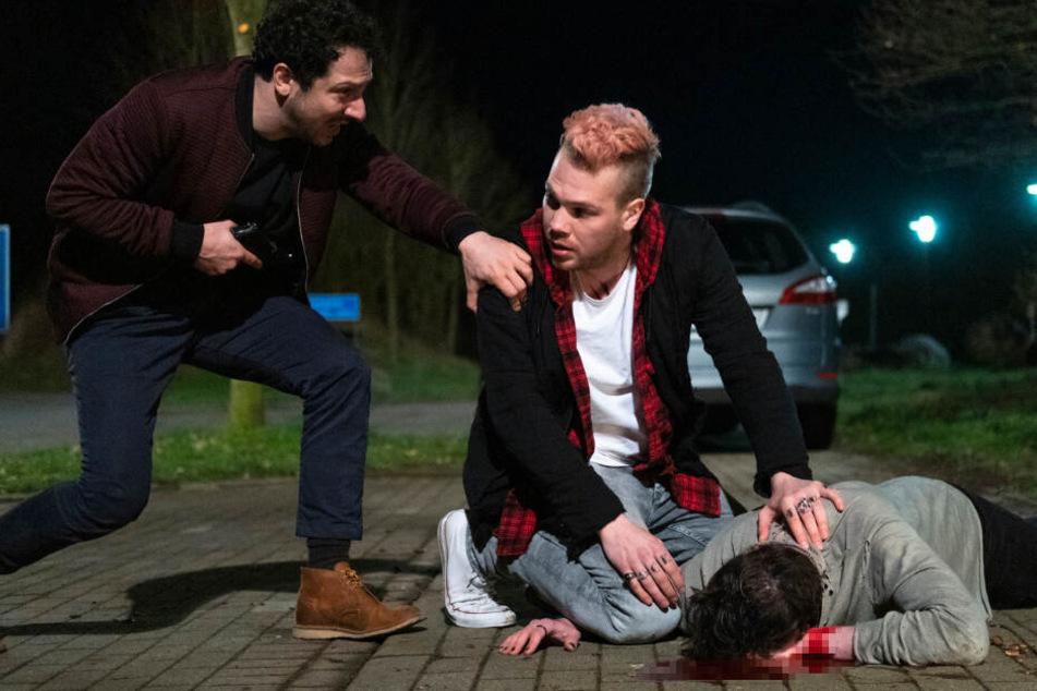 Yalcin Gümer (Fahri Yardim) und Tom (Ben Münchow) sind in einen Hinterhalt geraten, bei dem Toms Bruder erschossen wurde.