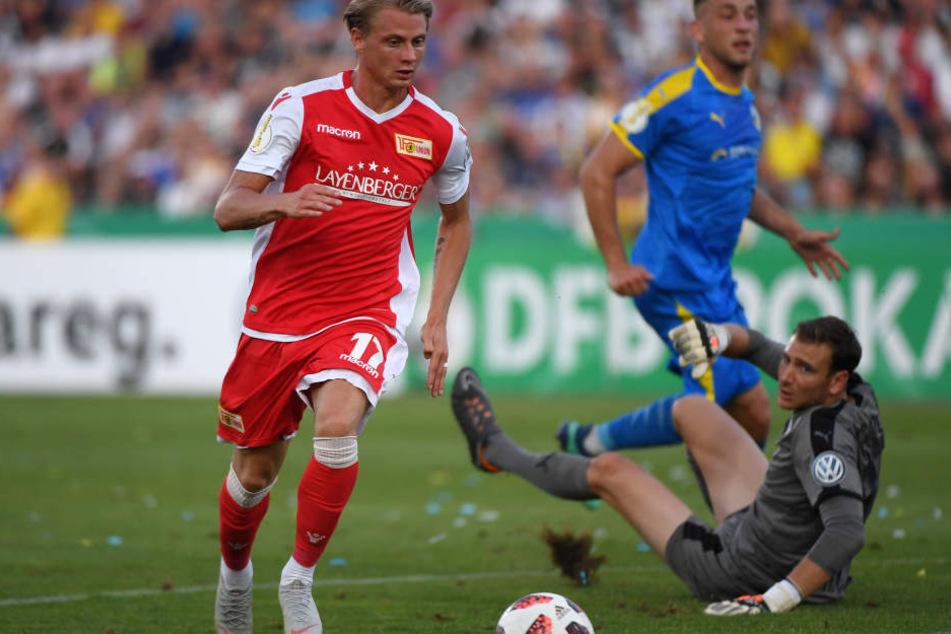 Unions Simon Hedlund läuft an Jenas Torhüter Jo Coppens vorbei auf das Tor zu.