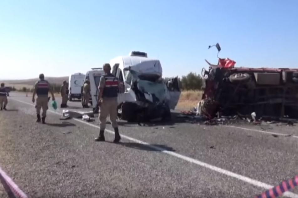 Kleinbus und Lkw bei Frontal-Crash zerfetzt: Acht Menschen sterben