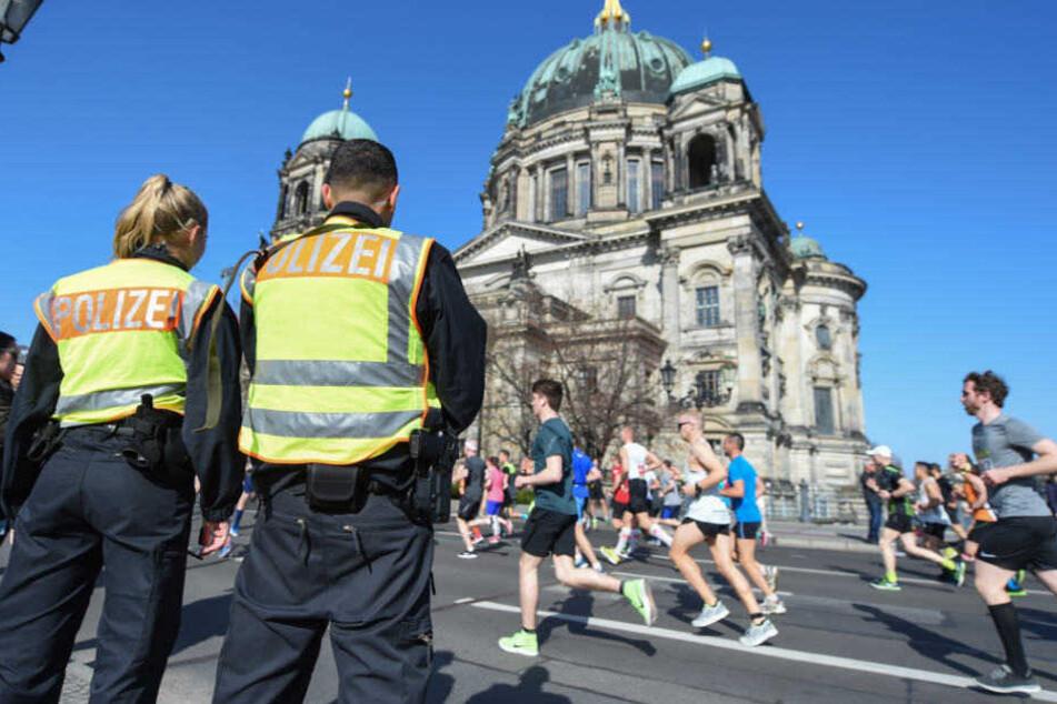 Polizei kontrolliert die Strecke des 38. Berliner Halbmarathons.