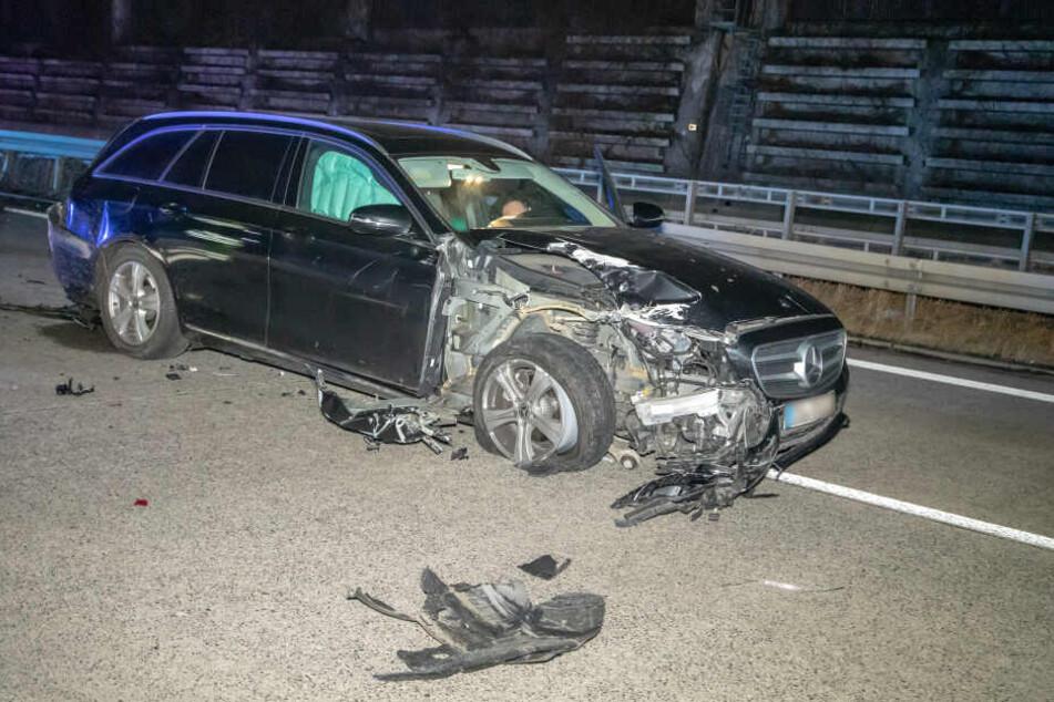 Der Mercedes wurde stark beschädigt.