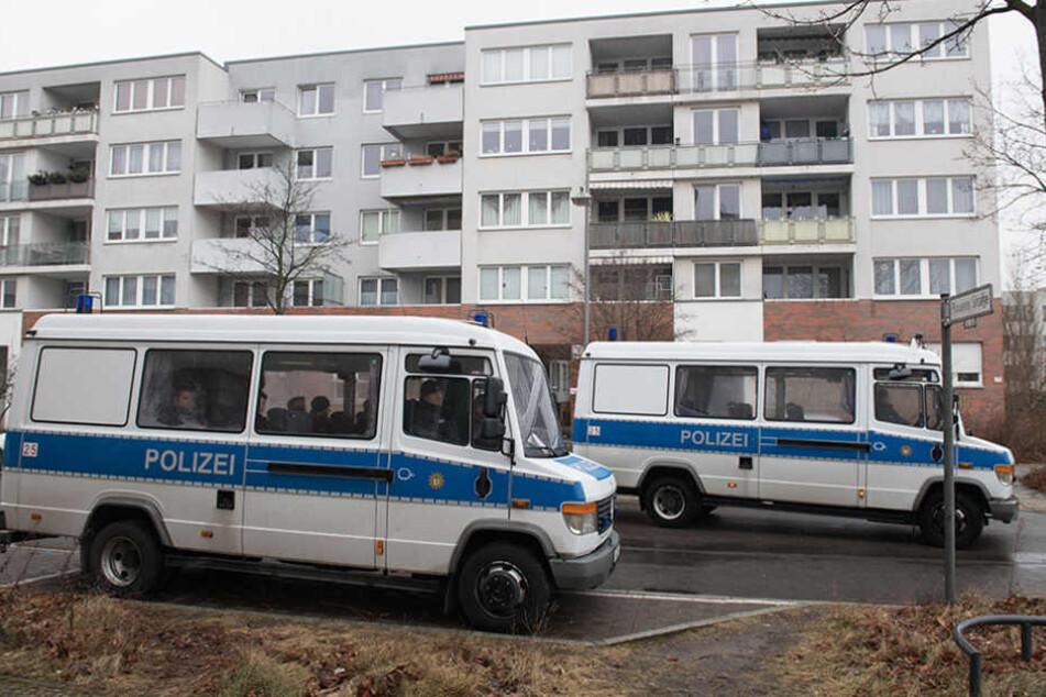 Polizeifahrzeuge stehen vor einem Gebäudekomplex in Berlin-Alt-Hohenschönhausen, in dem eine 14-jährige Schülerin getötet wurde.