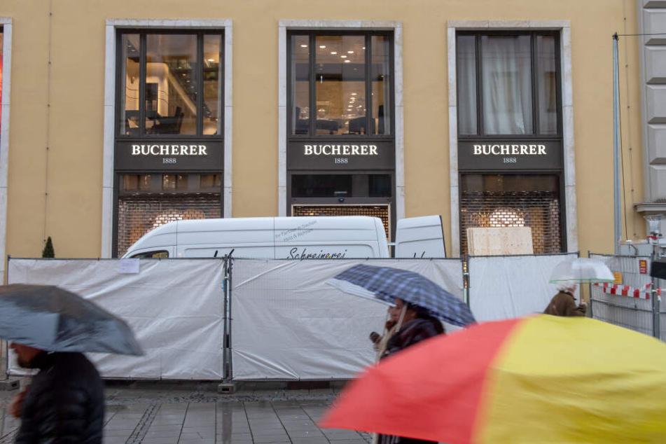 Ein Wagen steht hinter einem Absperrzaun vor einem Juweliergeschäft in der Münchner Altstadt.