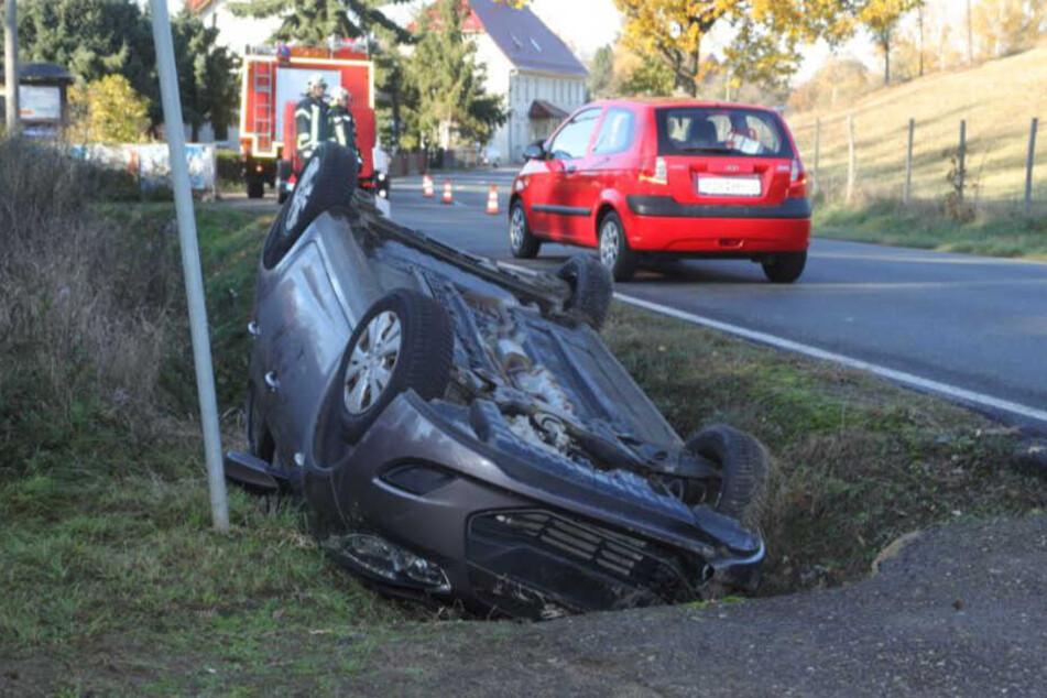 Dresden: Unfall in Klipphausen: Fahrer überschlägt sich mit Hyundai und landet auf dem Dach!