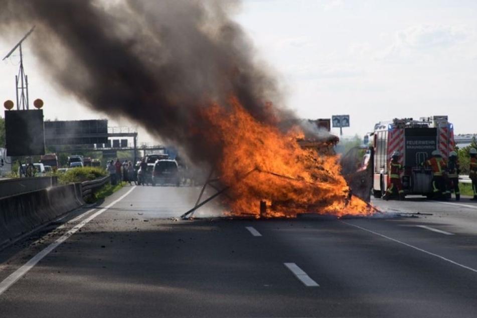 Die Polizei veröffentlichte eine Aufnahme des Brandes. Große Teile der Fahrbahn müssen nach dem Feuer erneuert werden.