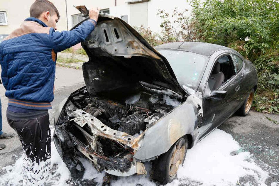 Zwei Autos abgefackelt: Mitko Angelov (18) schaute sich den Schaden in der  Konradstraße entsetzt an.