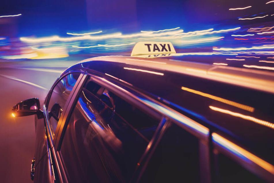 In dem Taxi wurden vier Schulkinder verletzt, auch der Taxifahrer (58) musste ins Krankenhaus gebracht werden. (Symbolbild)