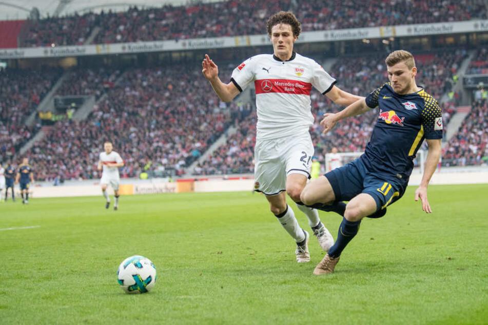 Stuttgarts Benjamin Pavard (l) und Leipzigs Timo Werner kämpfen um den Ball.