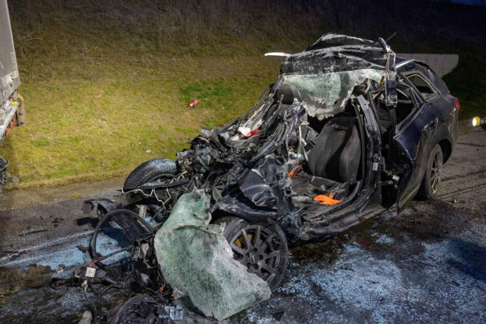 Tödlicher Unfall auf A4: Fahrer (24) fährt gegen LKW und stirbt
