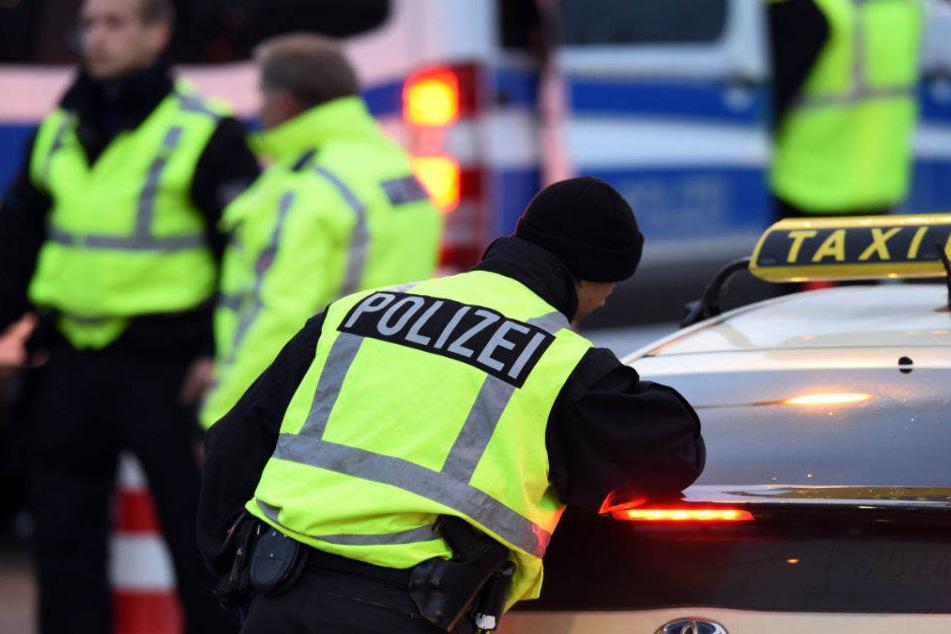 Die Polizei bittet bei der Aufklärung der Taxi-Überfälle um Hilfe. (Symbolbild)