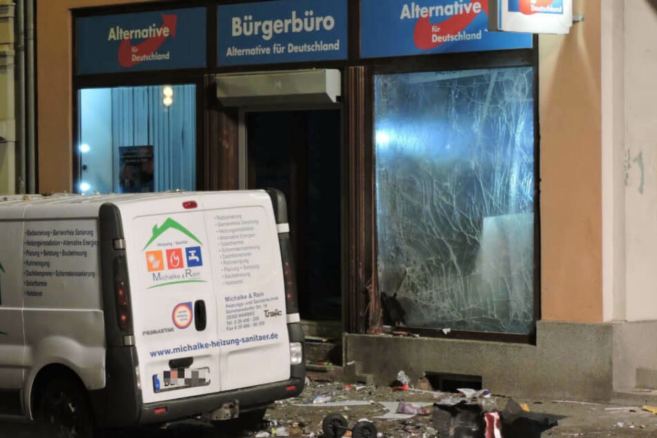 Fensterscheiben sowie zwei vor dem Gebäude geparkte Transporter wurden bei dem mutmaßlichen Anschlag beschädigt.