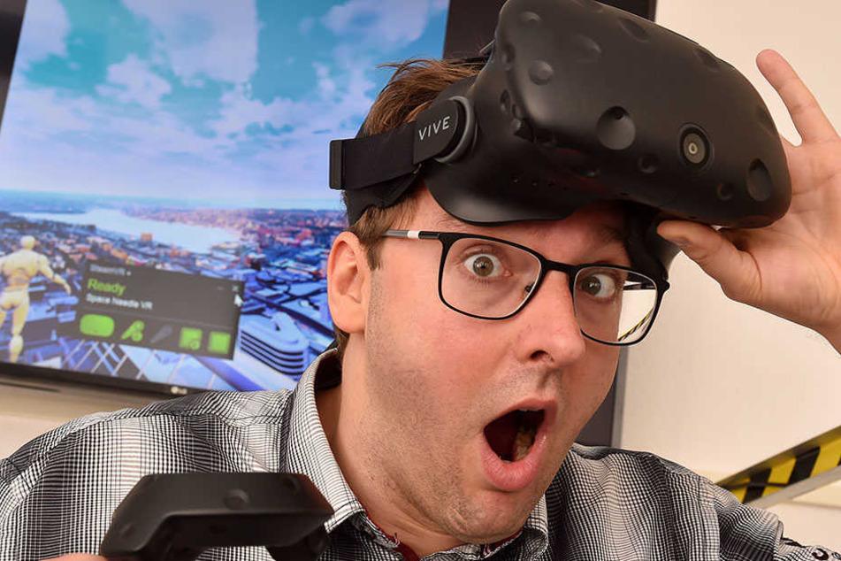 Da guckste! Morgenpost-Reporter Hermann Tydecks (34) testet die virtuelle  Spielhölle von Zittau.