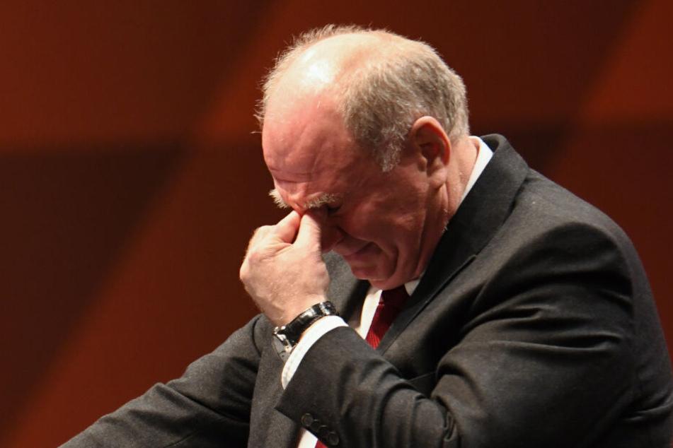 Bevor er überhaupt nur ein Wort sagte: Uli Hoeneß kämpft mit den Tränen.