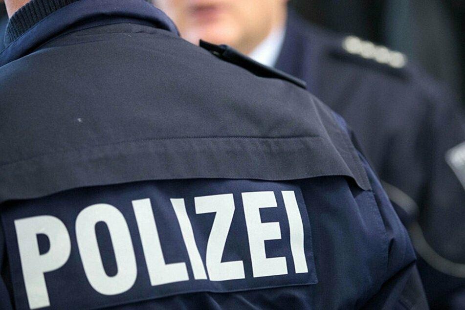 Fake-Polizisten erbeuteten in Auerbach mehrere Tausend Euro von einer Seniorin (71) (Symbolbild).