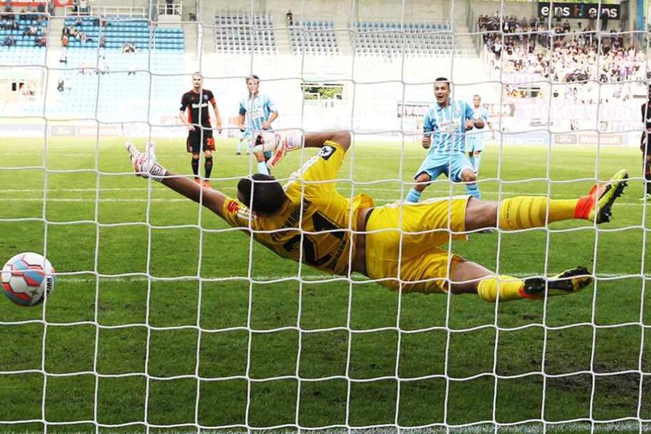 Daniel Frahn versenkt den Ball vom Elfmeterpunkt zum 2:0.