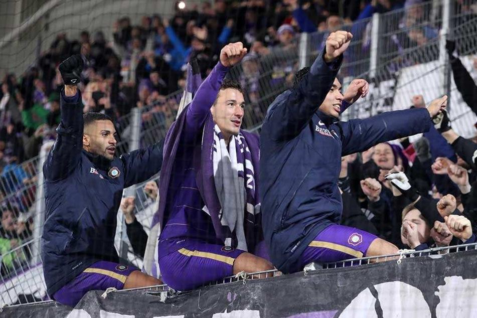 Kann Dominik Wydra (M.) mit seinen Kollegen Malcolm Cacutalua (l.) und John Patrick Strauß morgen wieder so feiern wie zuletzt nach dem Sieg gegen Darmstadt?