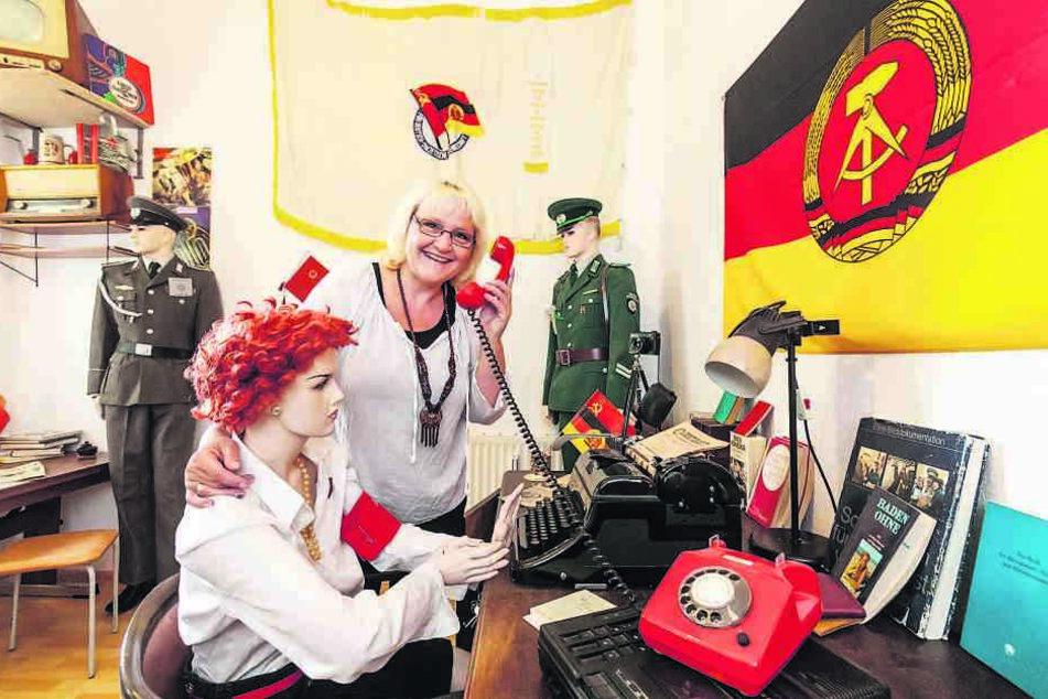 """Das """"Parteizimmer"""" von DDR-Sammlerin Heidi Dentler (54). Aus gesundheitlichen Gründen muss sie sich von rund 8000 Überbleibseln des Arbeiter- und Bauernstaates trennen."""