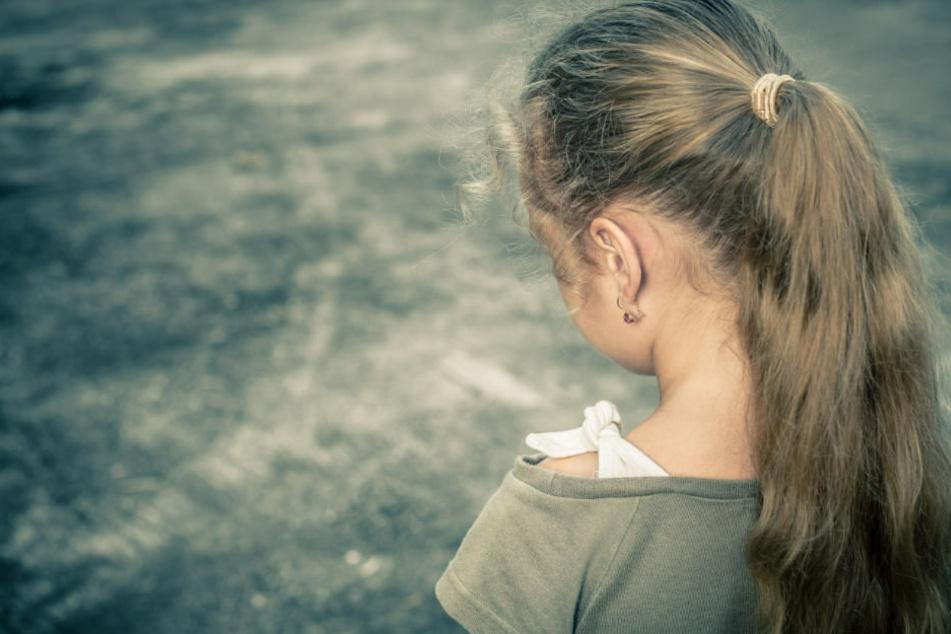 Ein Mann soll zwei Kinder von Freunden missbraucht haben. (Symbolbild)