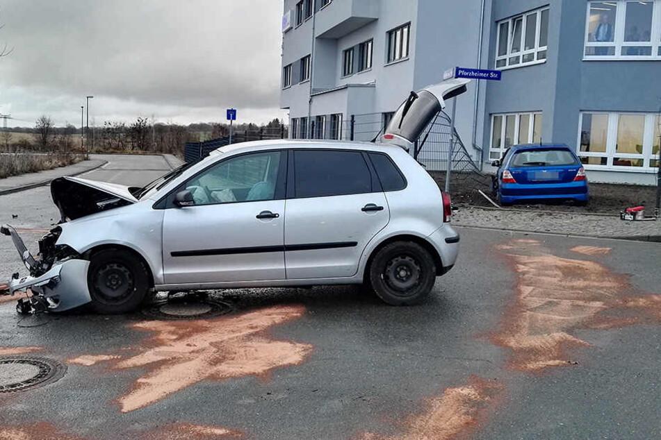 Der Polo drückte den Honda in einen Zaun eines angrenzenden Firmengeländes.
