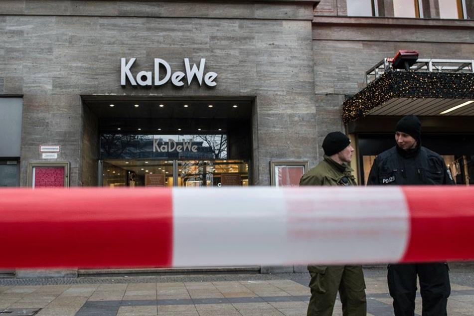 Polizisten stehen nach einem Raub vor dem KaDeWe.