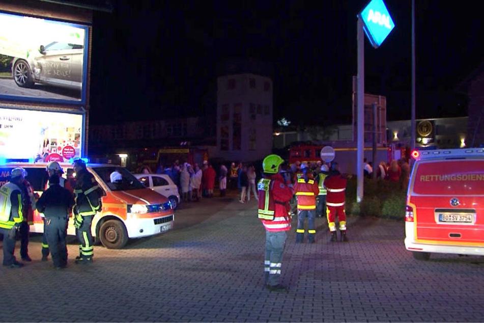 Insgesamt brachten die Retter am Samstagabend rund 300 Gäste in Sicherheit.