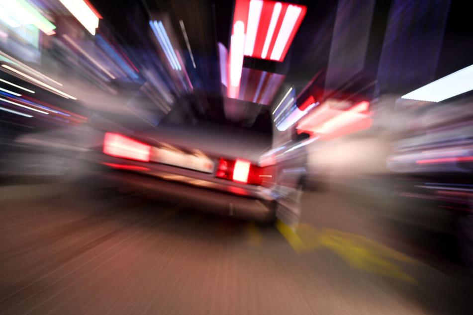 Der Überfallene konnte sich das Kennzeichen des Fahrzeugs merken, mit dem die Räuber flüchteten.