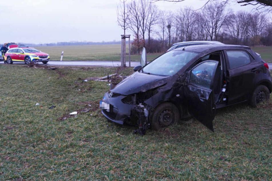 Krankenwagen, Polizei und Feuerwehr waren sofort zur Stelle. Die Unfallfahrerin wurde mit dem Hubschrauber in eine Klinik in Dresden geflogen.