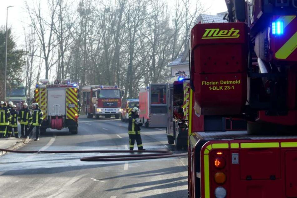 Schwerer Wohnungsbrand: Feuerwehr muss vermisste Person suchen