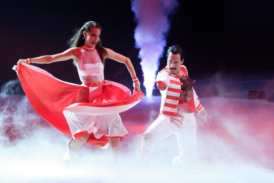 """Die Profi-Tänzerin Christina Luft und Promi-Tänzer Oliver Pocher tanzen bei der Premiere der """"Let's Dance - Die Live-Tour 2019"""" in der Dortmunder Westfalenhalle."""