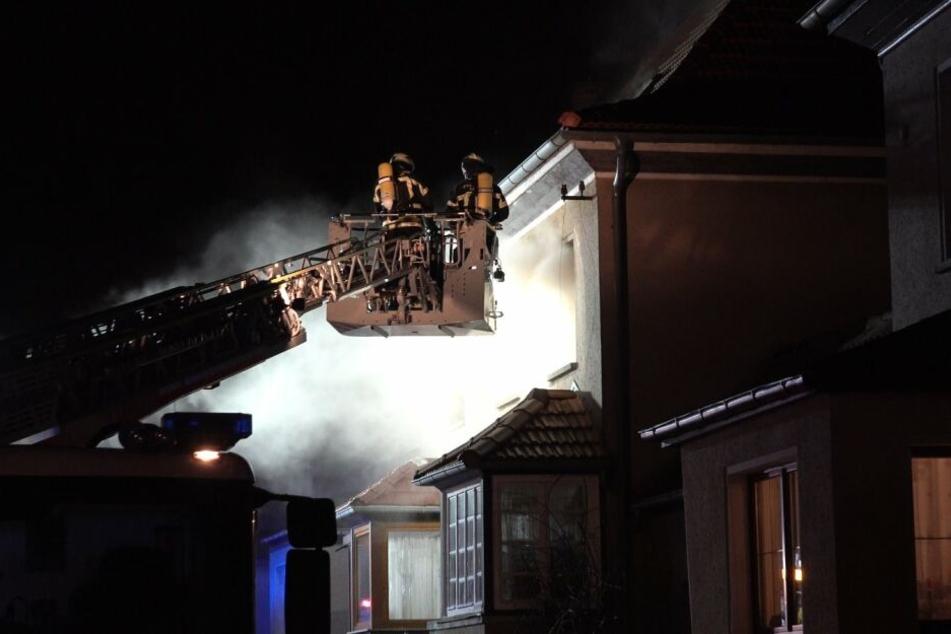 Mit einer Drehleiter löschten die Kameraden den Brand.