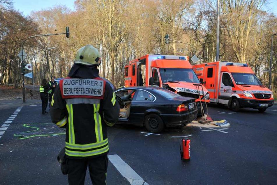Rettungswagen kracht in Auto am Lindenthaler Tierpark in Köln