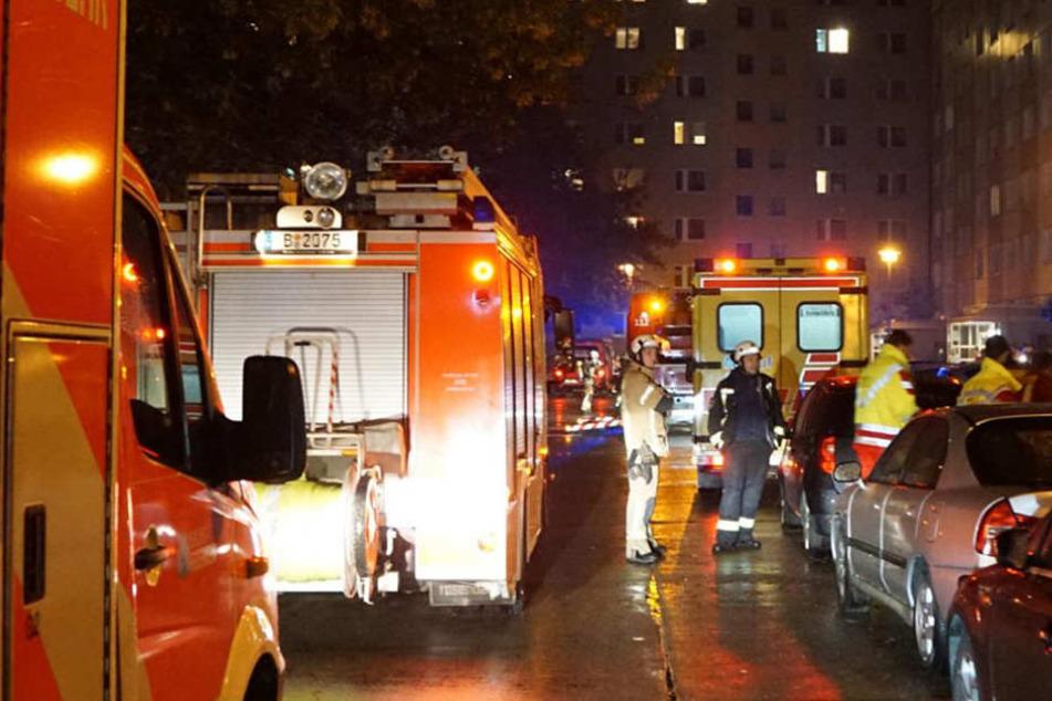 Die Einsatzkräfte löschten den Kellerbrand in der Sewanstraße.