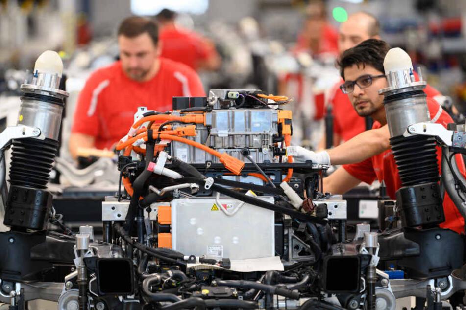Stuttgarter Porsche-Mitarbeiter während einer Showproduktion zur Eröffnung der Taycan-Produktion.