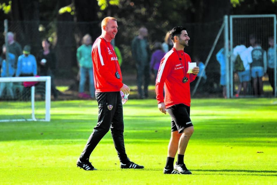 Ein seltenes Bild: Der sonst so konzentrierte Chefcoach Maik Walpurgis (l.) läuft lachend mit seinem Assistenten Ovid Hajou über den Trainingsplatz.