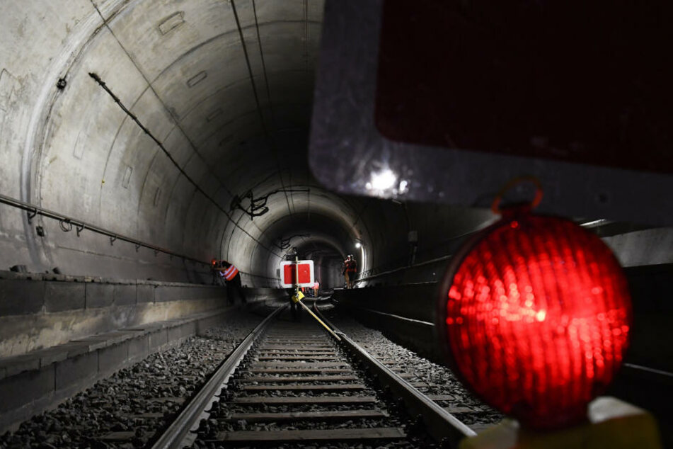 Rotes Signal: Der S-Bahn-Tunnel musste bei Offenbach gesperrt werden.