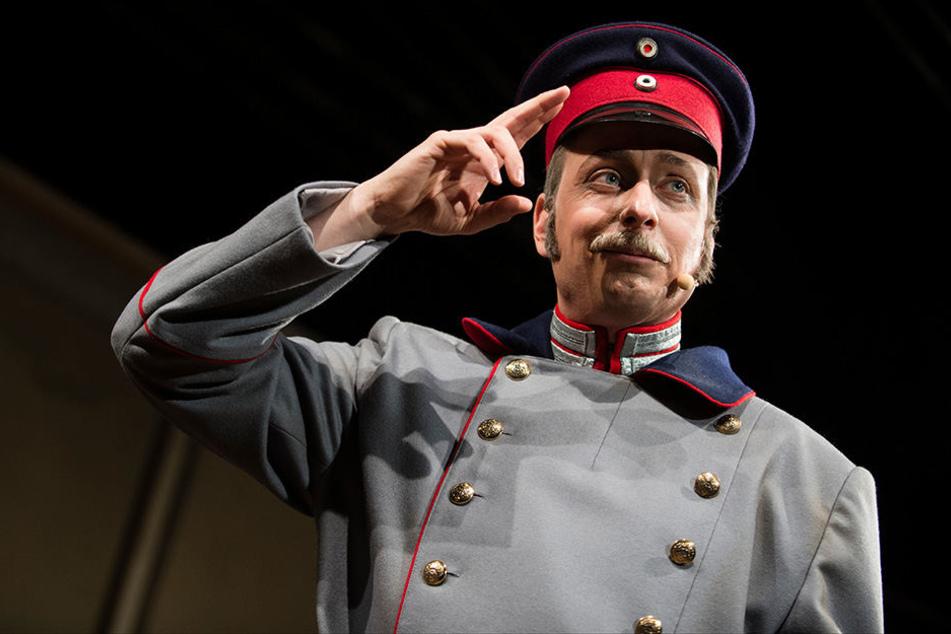 """Maximilian Nowka spielt den """"Hauptmann von Köpenick"""" im gleichnamigen Musical bei der Fotoprobe im Rathaus Köpenick."""