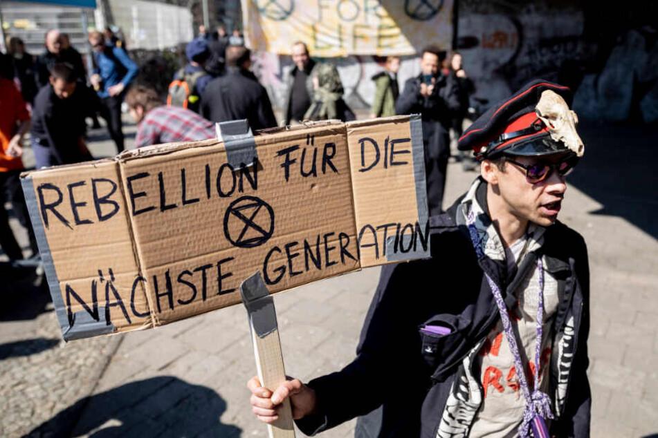 """""""Rebellion für die nächste Generation"""" steht bei einer Kundgebung der Bewegung Extinction Rebellion an der Jannowitzbrücke auf dem Plakat eines Teilnehmers."""