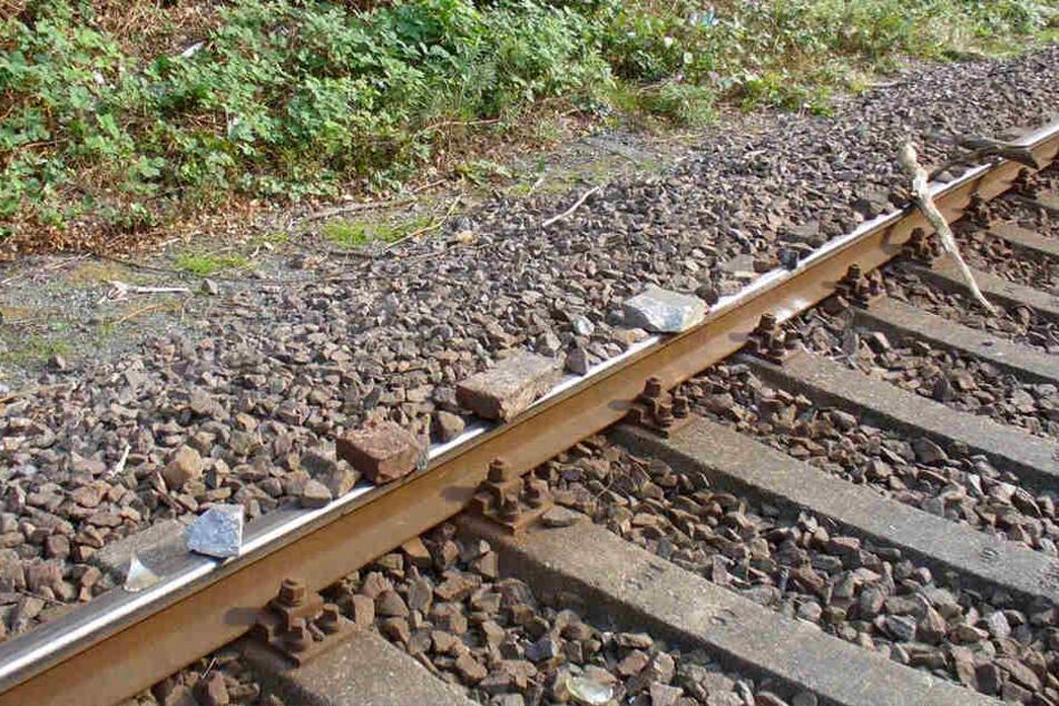 Auf insgesamt über vier Metern haben Unbekannte Steine, Beton und Holz auf die Gleise gelegt.