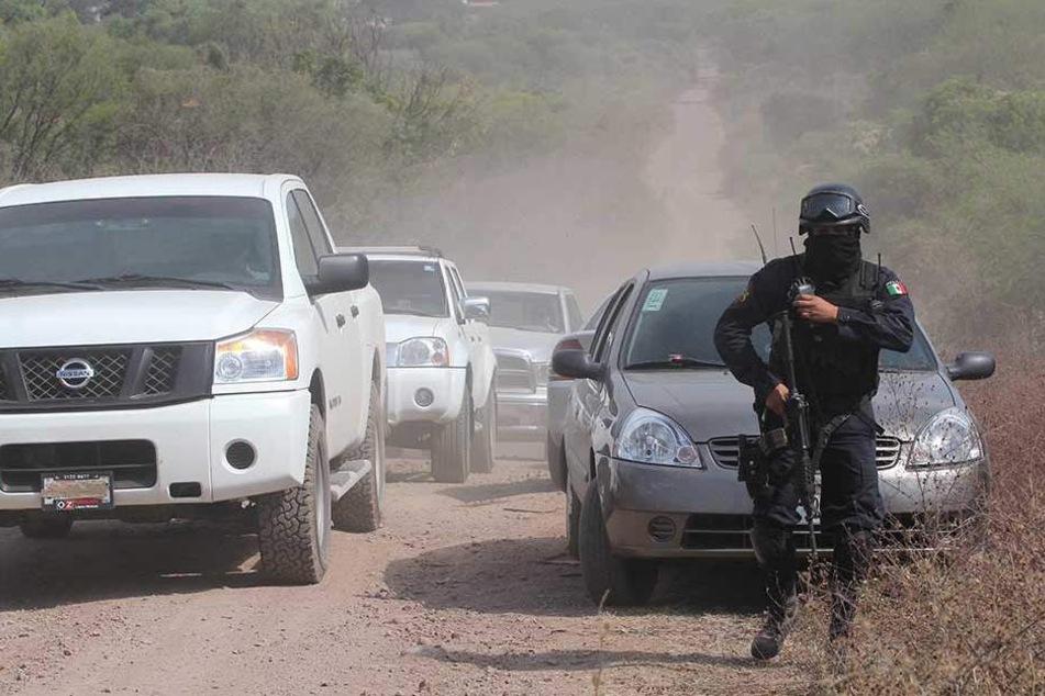Benzindiebe erschießen sechs Polizisten